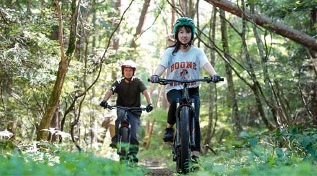 サイクリングを楽しむ男女