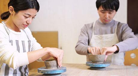 陶芸を楽しんでいる男女