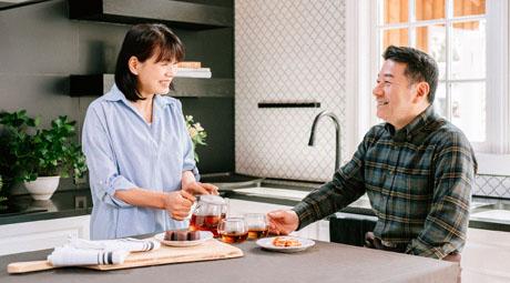 紅茶とお菓子を楽しむ女性と男性