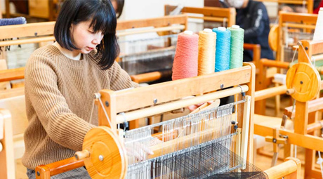 織物をしている女性