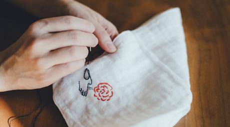 刺繍をしている女性