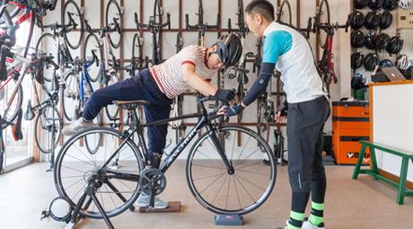 自転車に乗ろうとする男性