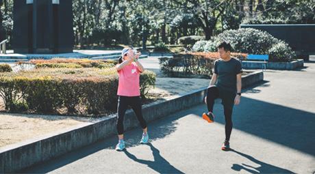 運動をしている男女