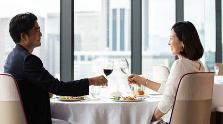 レストランで乾杯する男女